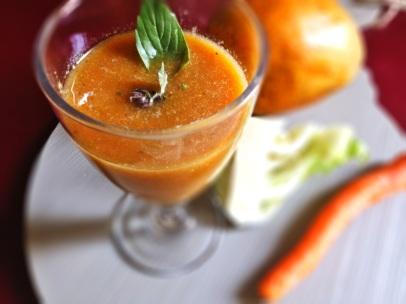 Asia-Kräuter-Smoothie mit Mango und Gemüse