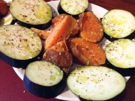 Auberginenscheiben und Süßkartoffeln