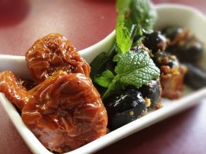 Getrocknete Tomaten, Oliven, Minze