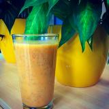 Smoothie mit Ananas, Sojajoghurt, Gojibeeren und Chiasamen